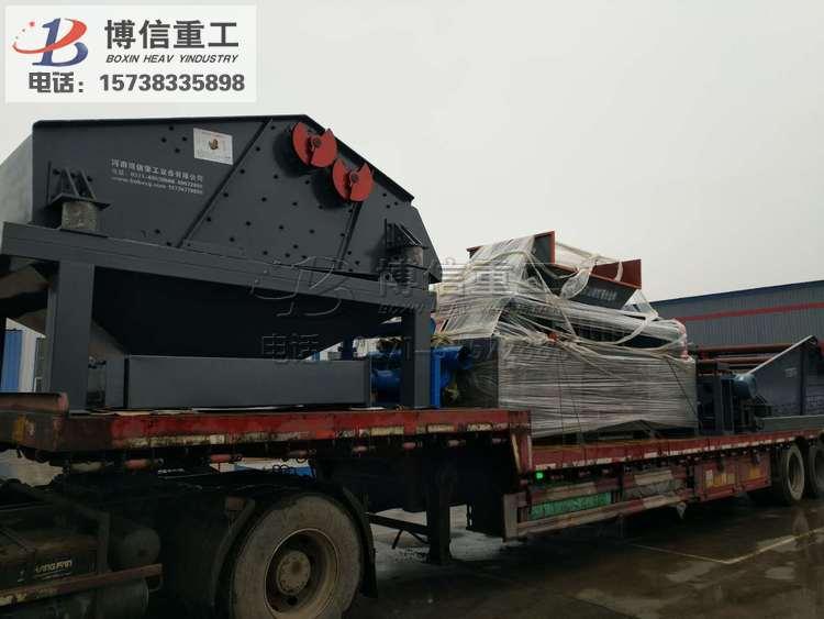 福建三明市李总的砂石厂设备正在路上奔驰